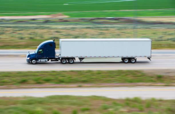 lkw auf der straße utah usa - aufgemotzte trucks stock-fotos und bilder