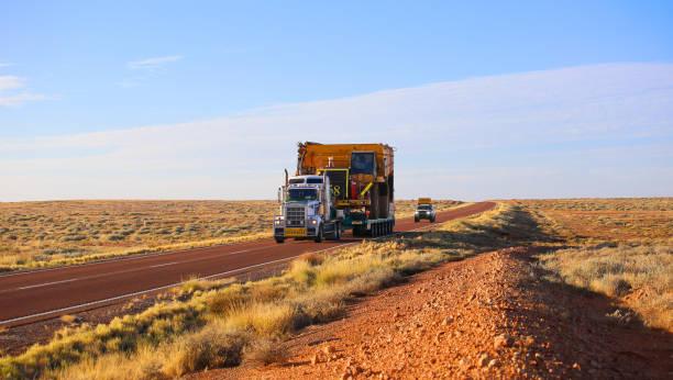 truck oversize ritten op de weg. grote vrachtwagen gedreven mining dumper. - te groot stockfoto's en -beelden