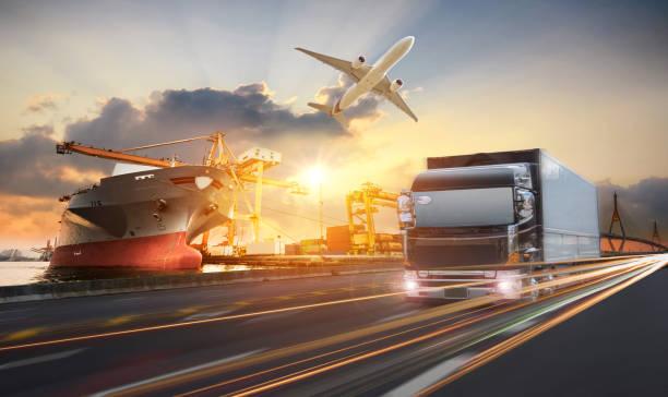 トラック輸送コンテイナー道路上の港 ストックフォト
