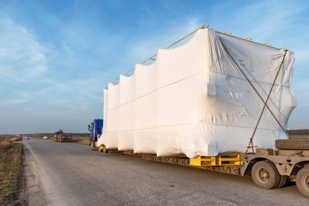 vrachtwagen met grote oversized lading op landelijke weg - te groot stockfoto's en -beelden