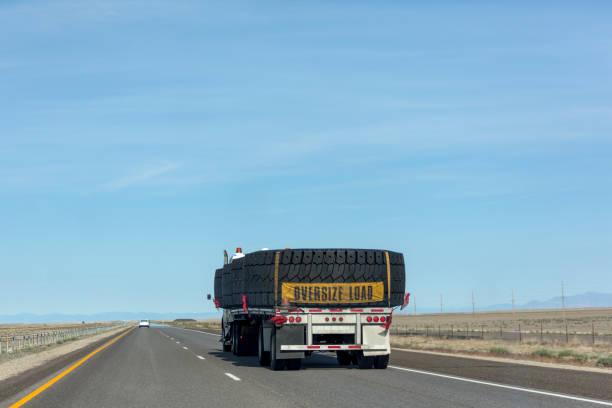 vrachtwagen met oversized belasting rijden op interstate highway van nevada utah usa amerika - te groot stockfoto's en -beelden