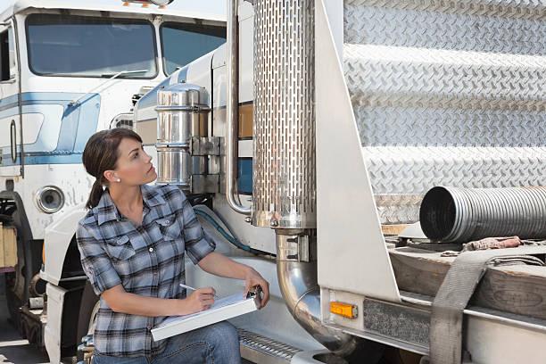 Trucker mit LKW – Foto