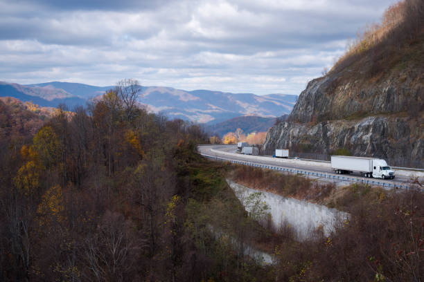 Trucking on interstate highway (I-26) in northeast Tennessee - foto stock