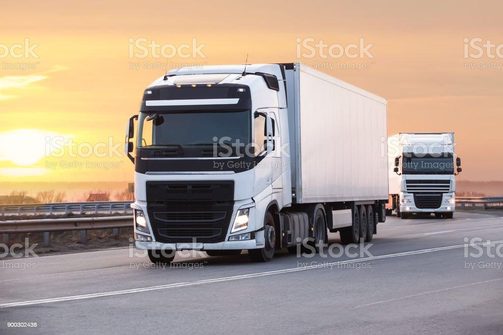 LKW geht auf der Autobahn – Foto