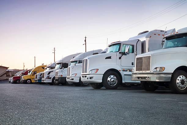 Lastwagen in einer Reihe – Foto