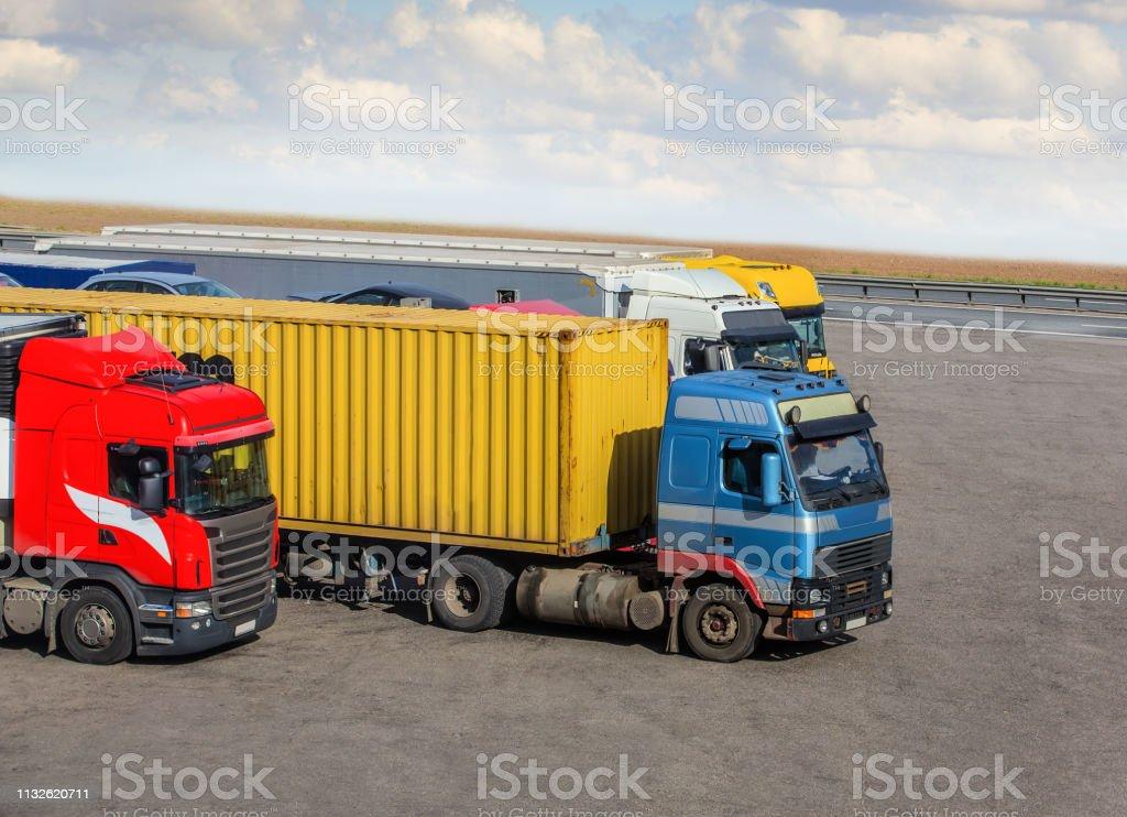 Lastwagen im Parkplatz nahe der Autobahn – Foto
