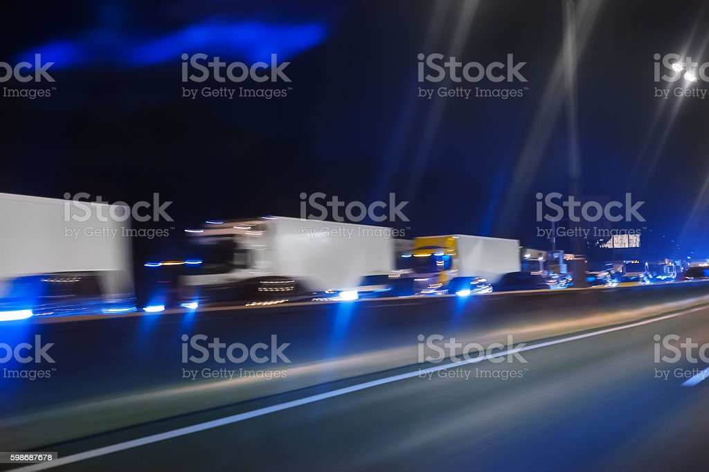 trucks move on the night highway – Foto