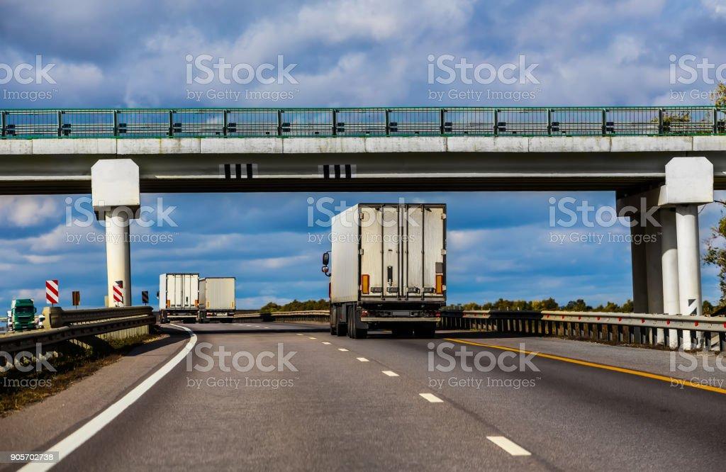 LKW bewegen unter einer Viaduck. – Foto