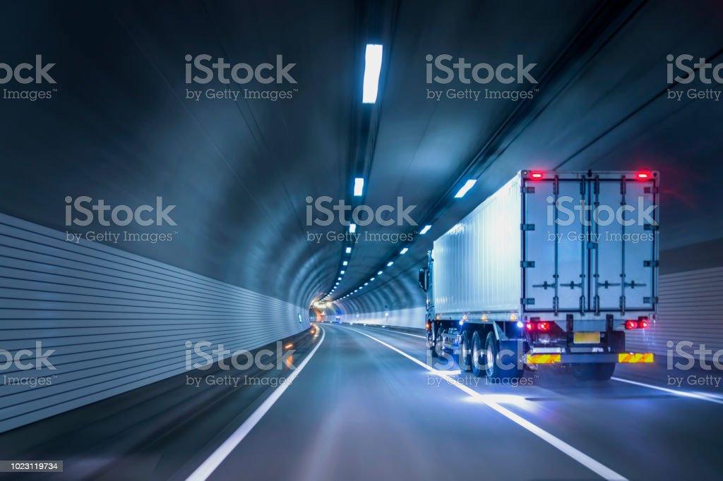 卡車經過隧道 - 免版稅交通圖庫照片