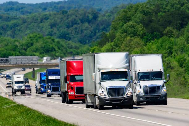 LKW auf der Autobahn Interstate laufen – Foto