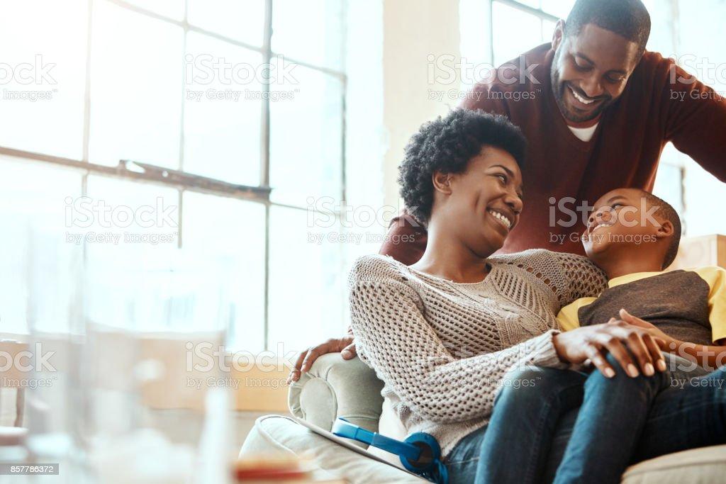 Verdadero de la alegría cuando nos escalofriante con nuestro hijo - Foto de stock de Abrazar libre de derechos