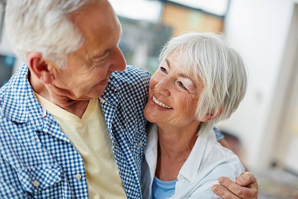 verdadero amor realmente durar eternamente - pareja mayor fotografías e imágenes de stock