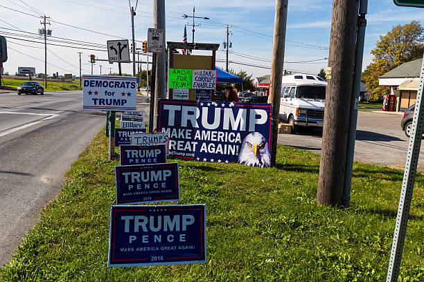 trump campaign signs at roadside stand - trump stockfoto's en -beelden
