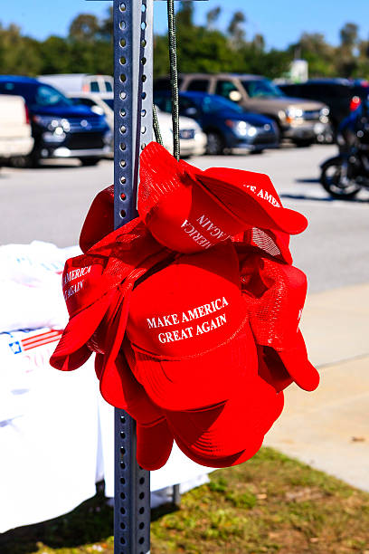 "trump presidential slogan ""make america great again"" red baseball hats - trump stockfoto's en -beelden"