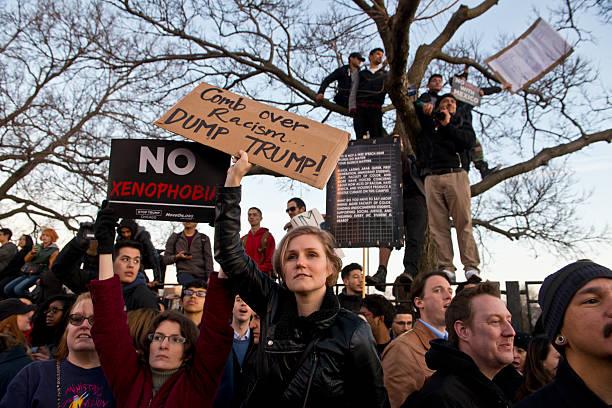 trump protest at uic - trump 個照片及圖片檔