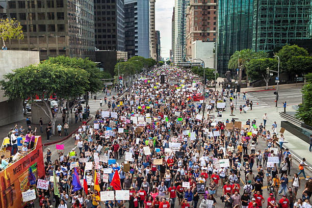 trump protest march, figueroa street downtown los angeles - trump stockfoto's en -beelden