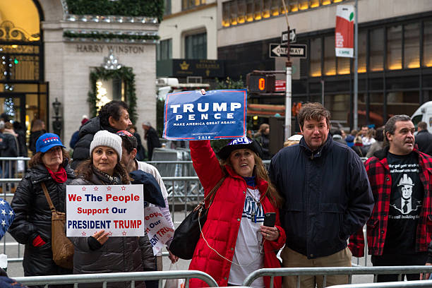 trump supporters in new york city - trump stockfoto's en -beelden
