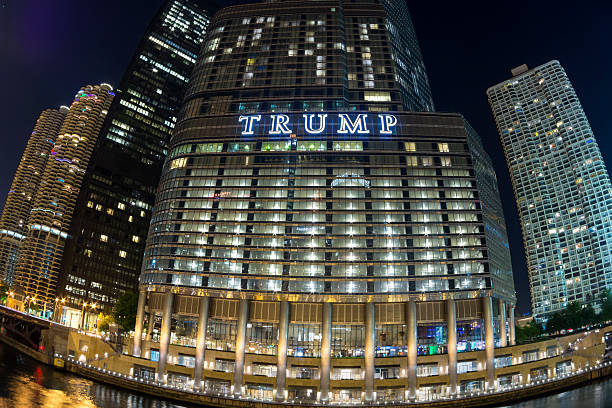 trump tower chicago fisheye at night - trump stockfoto's en -beelden