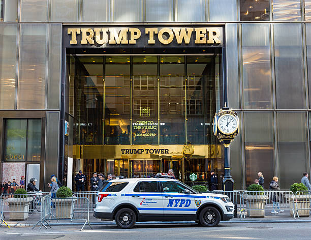 trump tower guarded by nyc police, 5th avenue, manhattan, ny. - trump stockfoto's en -beelden