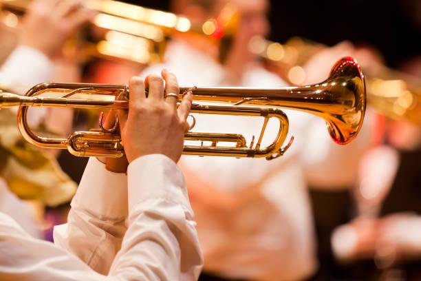 Trompete in den Händen eines Musikers – Foto