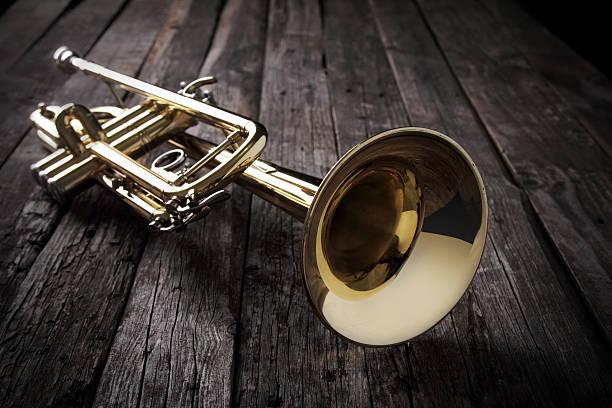 트럼펫 대한 늙음 나무 탁자 - 트럼펫 뉴스 사진 이미지