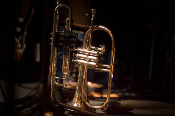 trompete auf der bühne - notenständer stock-fotos und bilder