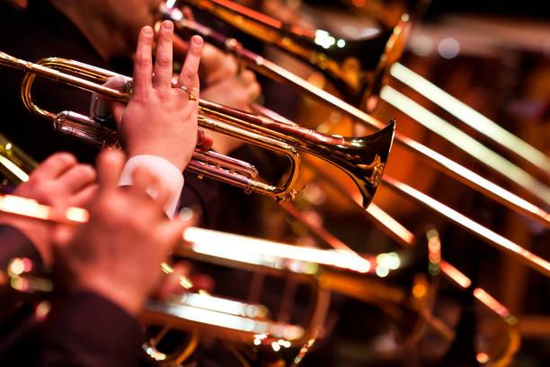 Trompeten in den Händen von Musikern – Foto