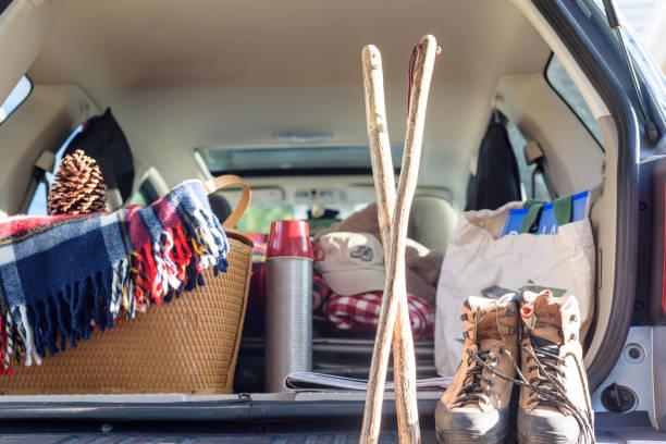 suv-trunk mit outdoor-ausrüstung für ein wochenend-abenteuer - hecktürmodell stock-fotos und bilder