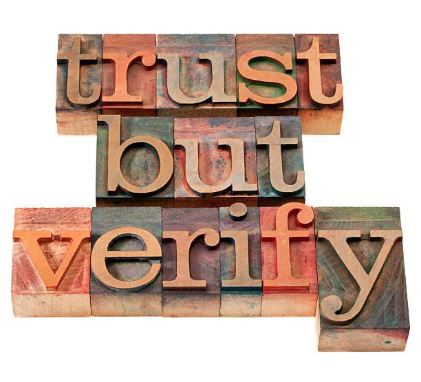 vertrauen aber überprüfen satz - sprüche ehrlichkeit stock-fotos und bilder