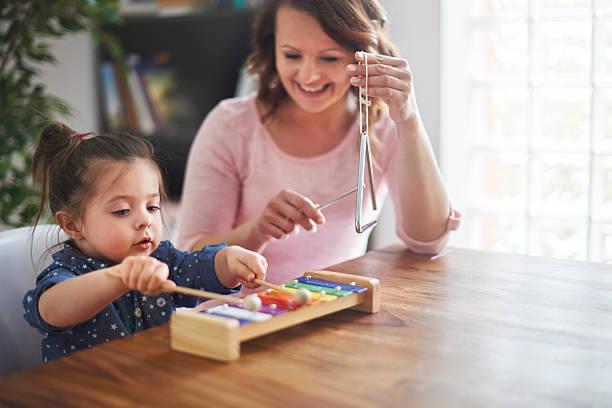 versuchen sie, ihre kinder entwickeln hobbys - lautbildungsspiele stock-fotos und bilder
