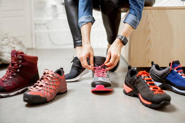 proberen verschillende trail schoenen voor wandelen - shoe stockfoto's en -beelden