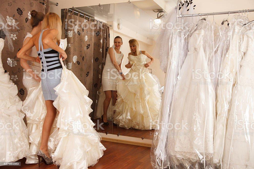 Versuchen auf Hochzeitskleid – Foto