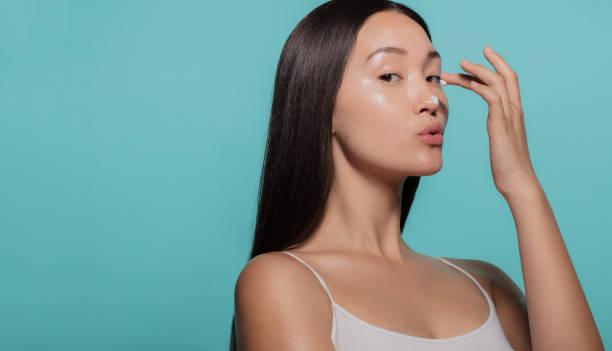 provar en ny hudkräm - kvinna ansikte glow bildbanksfoton och bilder