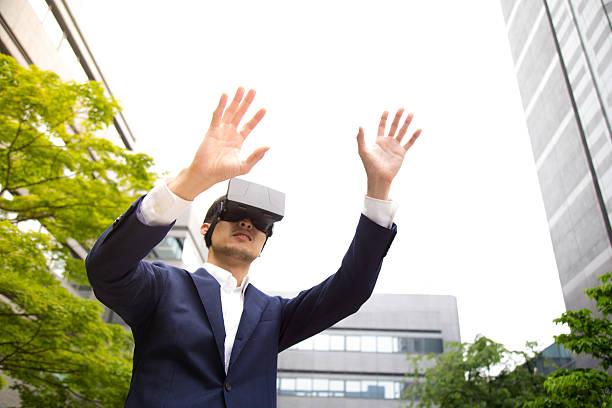 Experimentando a nova realidade virtual rack, é tão confortável! - foto de acervo