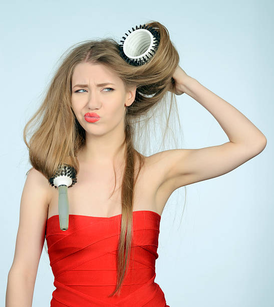 versuchen ihr haar bürsten - krause haare stock-fotos und bilder