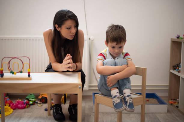 der versuch, ihn aufzumuntern - autismus stock-fotos und bilder