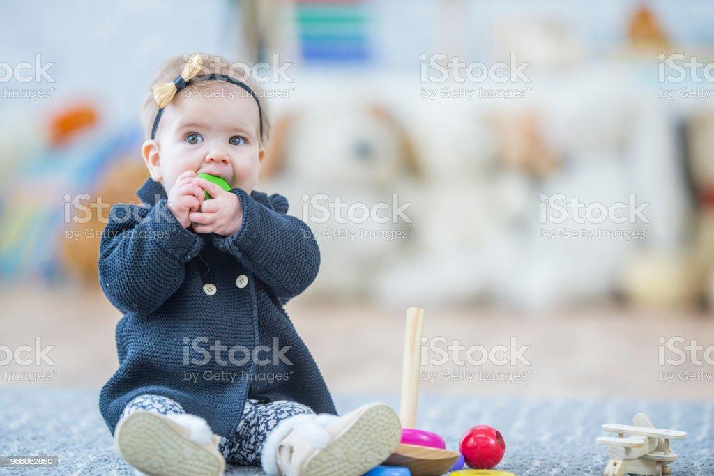 Versuchen, einen Block zu essen - Lizenzfrei 12-23 Monate Stock-Foto