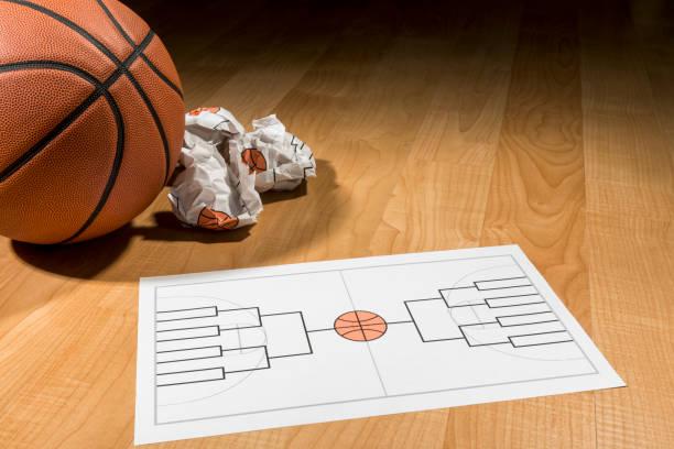 essayer de remplir college basketball tournament support sur papier - ncaa photos et images de collection