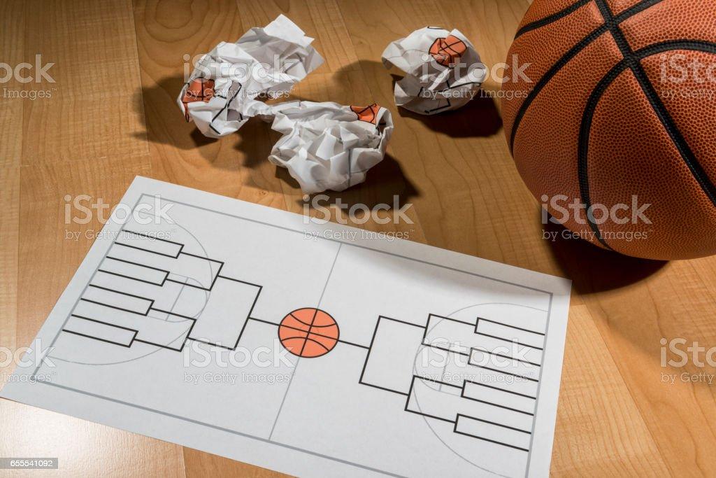 Tratando de llenar el soporte de torneo de baloncesto de colegio en papel - foto de stock