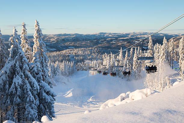 tryvann ski resort, les skieurs prendre l'ascenseur, oslo norvège - station de ski photos et images de collection