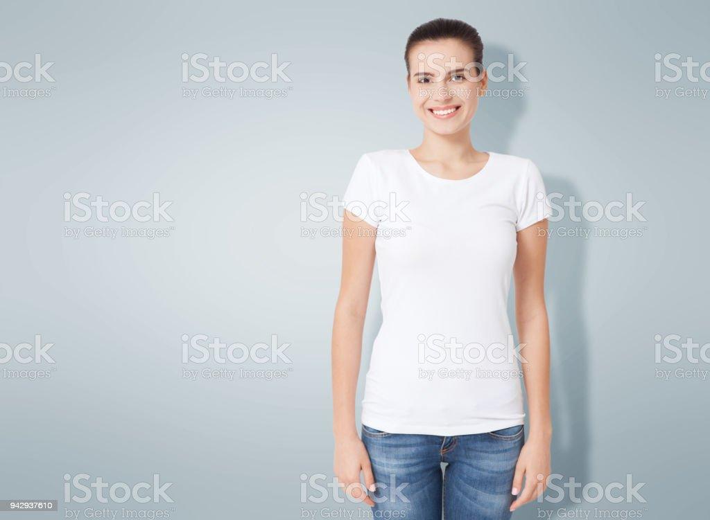 T-shirt design, mensen concept - closeup van jonge vrouw in lege witte overhemd, voorzijde geïsoleerd. Mockup vierkant. foto