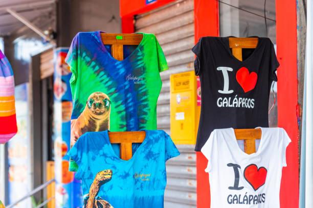 T-Shirts in einem lokalen Touristengeschäft, Santa Cruz Island-Port Ayora, Galapagos Island. Mit selektivem Fokus. – Foto