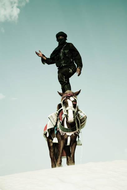 Tuaregowie stać na Koń w Sand Dune – zdjęcie