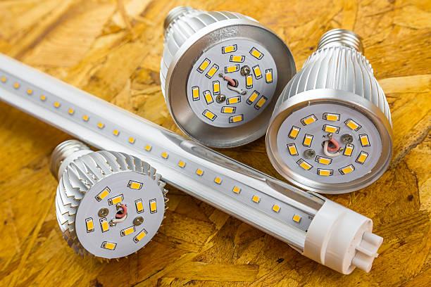 t8 led u-bahn und verschiedene kalte e27 glühbirnen - glühbirne e27 stock-fotos und bilder