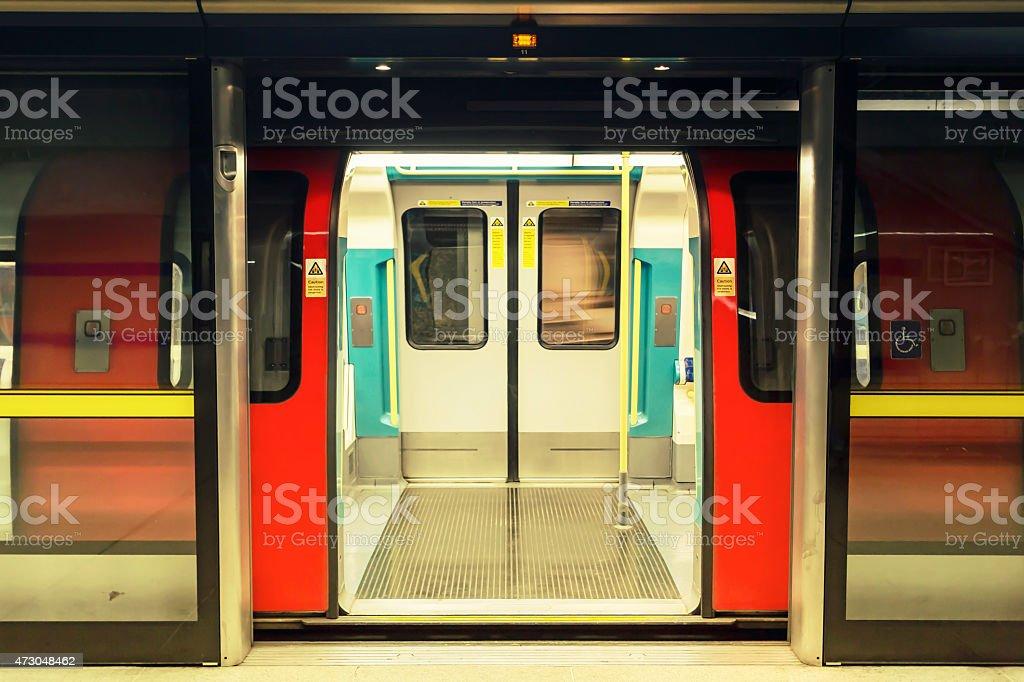 U-Bahn auf der Plattform – Foto