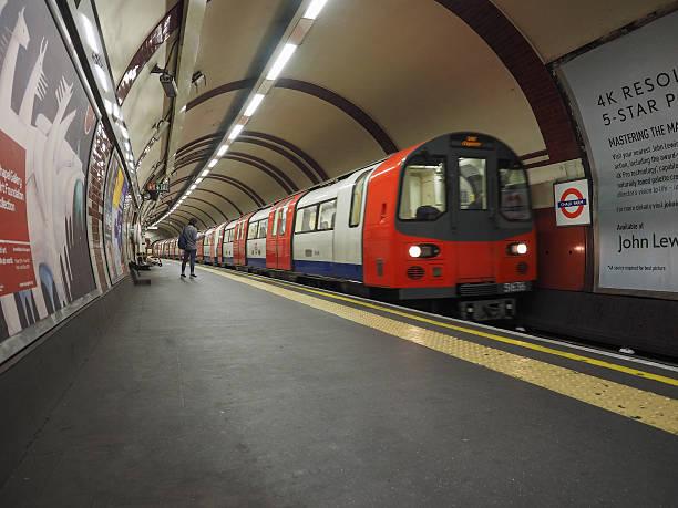 Trem na plataforma do metrô de Londres - foto de acervo
