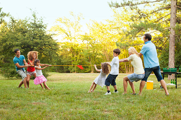 tauziehen - kinder picknick spiele stock-fotos und bilder