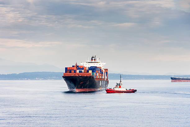 Schlepper Umgang ein geladene Frachtschiff zum Dock – Foto