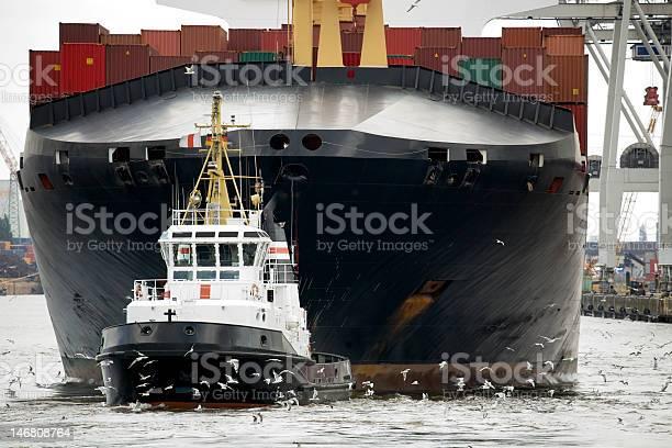 Schlepper Abschleppen Frachter Im Hafen Stockfoto und mehr Bilder von Behälter