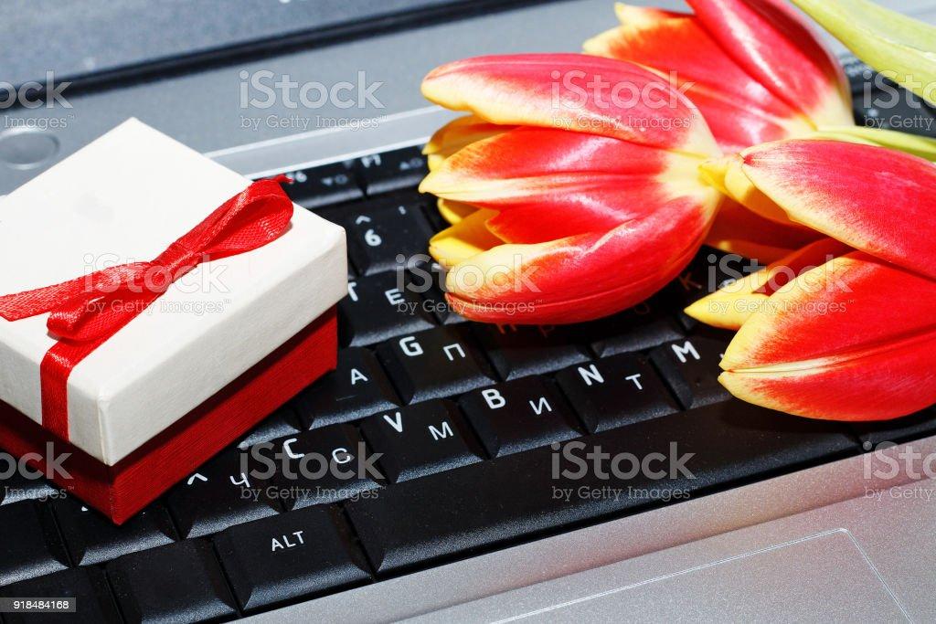 Día De La Mujer 8 De Marzo Tulipanes Y Caja De Regalo En El